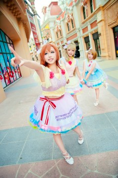 cosplay: Fuzuki (柒玥Fuzuki) as Honoka Kosaka of Love Live! School Idol Project