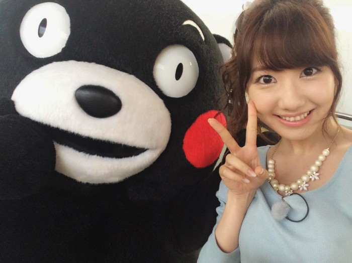 kumamon meets yuki kashiwagi 柏木 由紀 at the shinkansen station, and takes a selfie