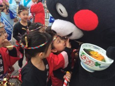 Kumamon hanging out with a fan while eating sea urchin